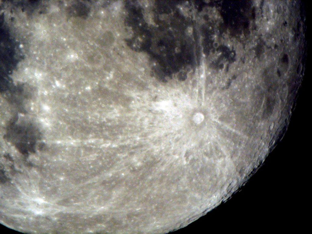 El cráter Ticko y los restos de los chorros de polvo brillante que emergieron tras el impacto.