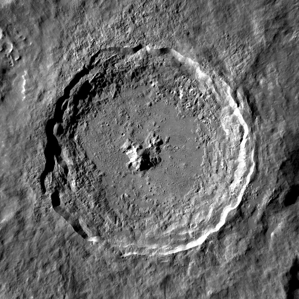 El cráter Ticko con su elevación en el centro